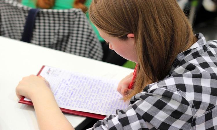 menina estudando em um curso de inglês na Irlanda