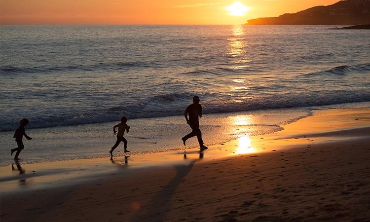 mudar para Portugal com a família na praia