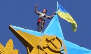"Worker removes Ukrainian. Takes ""selfie"""