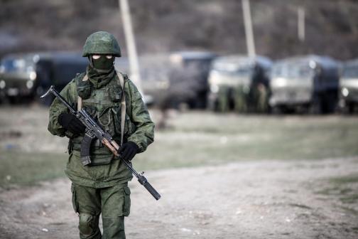 Angeblicher russischer Soldat vor dem ukrainischen Militärstützpunkt Perewalnoje bei Simferopol auf der Krim - Foto: Daniel Van Moll/Nur/Photoshot