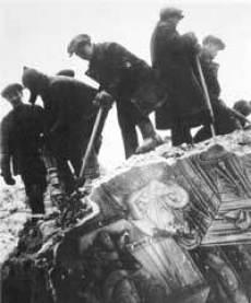 Sowjets zerstören Kirchen