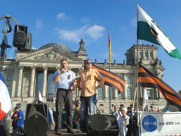 """Aktualisierung der deutschen Fassung: am 3. Oktober ist die """"Botschaft"""" der NOD auch endlich in Berlin angekommen. Die heutige """"Friedensdemo"""" war, laut Unterschrift unter dem Ruptly-Livestream, ebenfalls ausdrücklich als """"Anti-Maidan""""-Demonstration ausgewiesen und vom NOD organisiert. © Tetyana Gusar Links: Rüdiger Klasen, laut Wikipedia: ein vorbestrafter NPD-Kader und reichsideologischer Politaktivist. Die Vorstrafe bezieht sich auf den Brandanschlag auf ein Asylbewerberheim.]"""