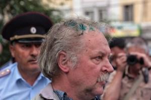 Mit grüner Desinfektionsflüssigkeit besprühter Demonstrant - Foto: Roman Yhnovec