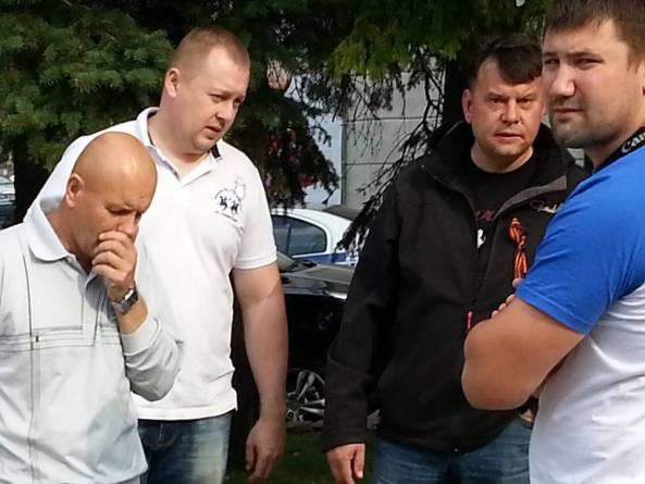 Der zweite Mann von rechts ist Maksim Buga, ein amtlich eingetragener Kosake. Er telefonierte, während er Bogdanow und Gorbunow beim Einsteigen in den Bus beobachtete - Foto: Andrey Bogdanov