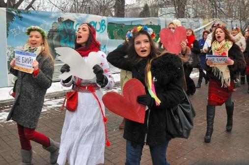 """""""Schlagt uns nicht!"""" Protestteilnehmerinnen versuchen, die Berkut zu überreden, keine Gewalt anzuwenden"""