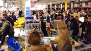 A shopping spree in Russia Tuesday night after the collapse of the ruble (Photo from social networks)