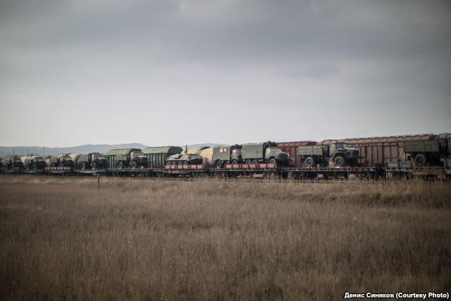 Ein Zug russischer Kriegstechnik bei der Fährübersetzstelle in Kertsch