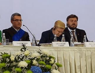 """Aymeric Chauprade mit Elena Misulina und Konstantin Malofejew während des """"World Congress of Families"""" am 10. September 2014 in Moskau. © Blog von Anton Shekovtsov; mehr zu Malofejew hier und hier. Hier ist das komplette Bild."""