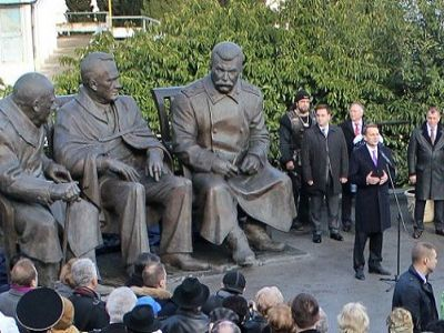 The Russian occupation authorities in Crimea opening a new Stalin monument to commemorate the Yalta Conference (February 4-11, 1945) between US President Franklin D. Roosevelt, UK Prime Minister Winston Churchill and Soviet dictator Joseph Stalin that legitimized the post-World War II occupation of Eastern Europe by the Soviet Union (Image: Wikimedia)