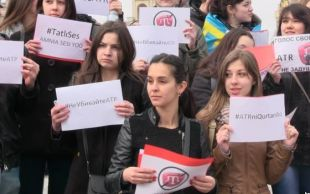 Protest against the shutdown of ATR Crimean Tartar TV channel in Crimea by the Russian occupation authorities (Image: krymr.org)