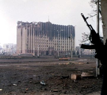 A Chechen fighter near the burned-out ruins of the Presidential Palace in Grozny, January 1995 during the First Russo-Chechen War (Image: Photo: Mikhail Evstafiev, wikipedia.org)
