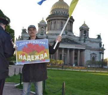 "A lone demonstrator with a sign ""Happy Birthday, Nadezhda"" for Nadiya Savchenko in St. Petersburg, Russia (Image: Social media)"