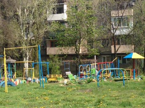 Residents of the Russia-occupied Donetsk had bravery to demonstrate their patriotism by painting the children's playground in the colors of the Ukrainian national flag (Image: 62.ua)