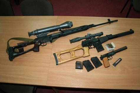 """Russian """"SVD"""" sniper rifle, """"Vintorez"""" Russian special forces' sniper rifle, and """"6P9"""" special forces' silenced pistol seized from the members of the arrested terrorist and spy group operating in Kharkiv, which was recruited and controlled by Russian military intelligence. (Image: SBU)"""