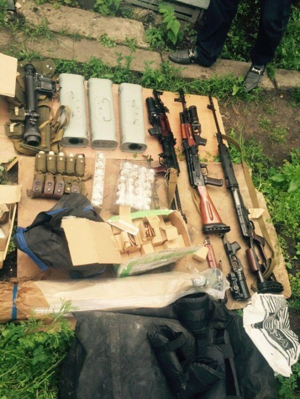 Weapons, ammunition, and explosives seized from the members of the arrested terrorist and spy group operating in Kharkiv, which was recruited and controlled by Russian military intelligence. (Image: SBU)