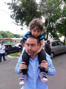 Mikhail Kaluzhsky and son (Image: ehorussia.com)