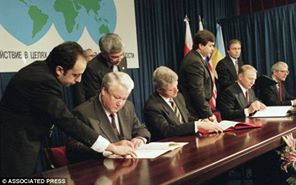 Boris Yeltsin (Russia), Bill Clinton (USA), Leonid Kuchma (Ukraine), John Major (UK) sign the Budapest Memorandum with security assurances against threats or use of force against the territorial integrity or political independence of Ukraine, Belarus and Kazakhstan.