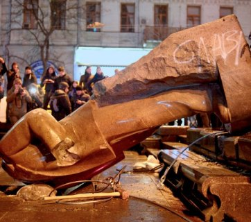 Ukrainian protesters smash a statue of Vladimir Lenin with a sledgehammer after toppling it, in central Kyiv, Ukraine, Sunday, Dec. 8, 2013. (AP / Efrem Lukatsky)
