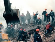 Rescuers digging for survivors after bombing of an apartment building on Kashira Road in Moscow, Russia, 13 September 1999. This and other similar terror acts in Russia were used by Putin to start another war in Chechnya. According to former FSB officer Alexander Litvinenko murdered by his former FSB colleagues in London and other experts, the FSB conducted the bombings on Putin's orders to boost his election chances. (Image: Wikipedia)