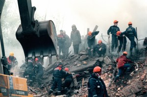 Rescuers digging for survivors after bombing of an apartment building on Kashira Road in Moscow, Russia, 13 September 1999. This and other similar terror acts in Russia were used by Putin to start another war in Chechnya. According to former FSB officer Alexandr Litvinenko murdered by his former FSB colleagues in London and other experts, the FSB conducted the bombings on Putin's orders to boost his election chances. (Image: Wikipedia)