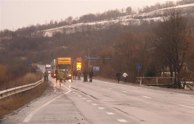 Russian_Trucks_Blockade_Mukachevo.net