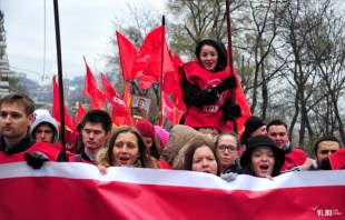 Young neo-communists at a 7 November 2015 rally celebrating the October revolution in Vladivostok. Image: VL.ru