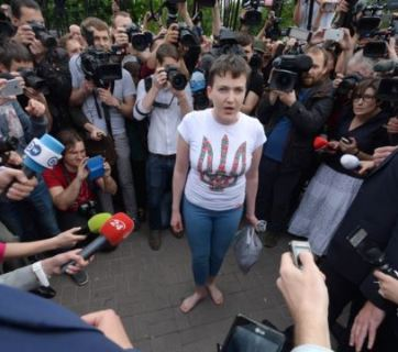 Nadiya Savchenko speaking to journalists after her arrival to Kyiv. (Photo: RFE/RL)