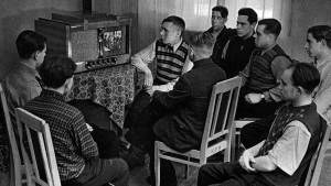 Watching first TV broadcasts in the USSR (Image: kommersant.ru)