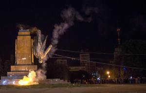 Lenin's statue torn down in the central square of Kharkiv, Ukraine, on September 28, 2014. (Image: AP/Igor Chekachkov)