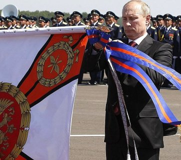 Putin personally awarding the 393rd air force base for helicopter gunships in Korenevsk in southern Russia with an Order of Kutuzov on the 100th anniversary of the Russian air force. Killed in Syria Col. Khabibullin was the base's commander. (Image: kremlin.ru)
