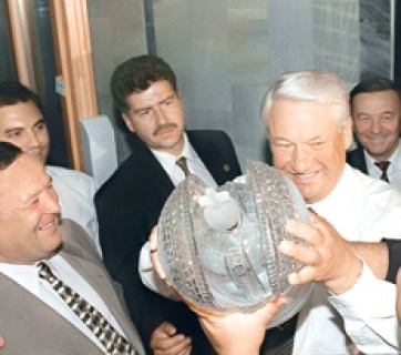 Russian President Boris Yeltsin (R) enthusiastically accepts an imperial crown made of crystal and given to him as a gift by the workers of Karat-Plus furniture making company in Saratov, Russia. August 26, 1997. (Image: Alexandr Chumichev/TASS)