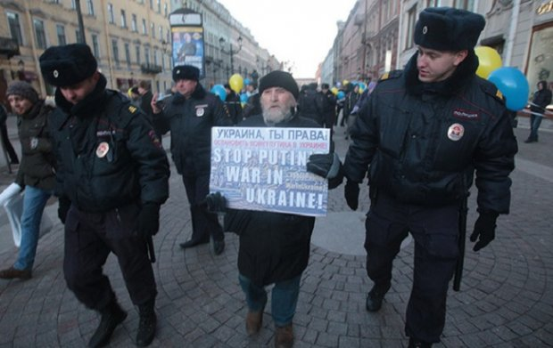Protester detained in St.Petersburb. Photo: fontanka.ru/2017/01/21/061/
