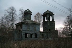 One of the thousands of decaying churches of the Moscow Patriarchate: Church of St. Nicholas in the village of Rogovo near Arkhangelsk, Russia (Image: obsheedelo.ru)