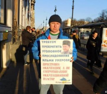 Vsevolod Nelayev in a single-person protest against the unlawful criminal prosecution of Crimean Tatar Ilmi Umerov and the occupation of Crimea. St. Petersburg, Russia, 18 April, 2017. (Image: Facebook)