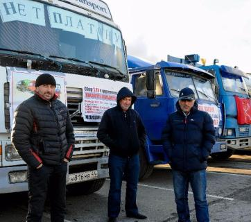 Russia's striking long-haul truckers (Image: novostimo.ru)