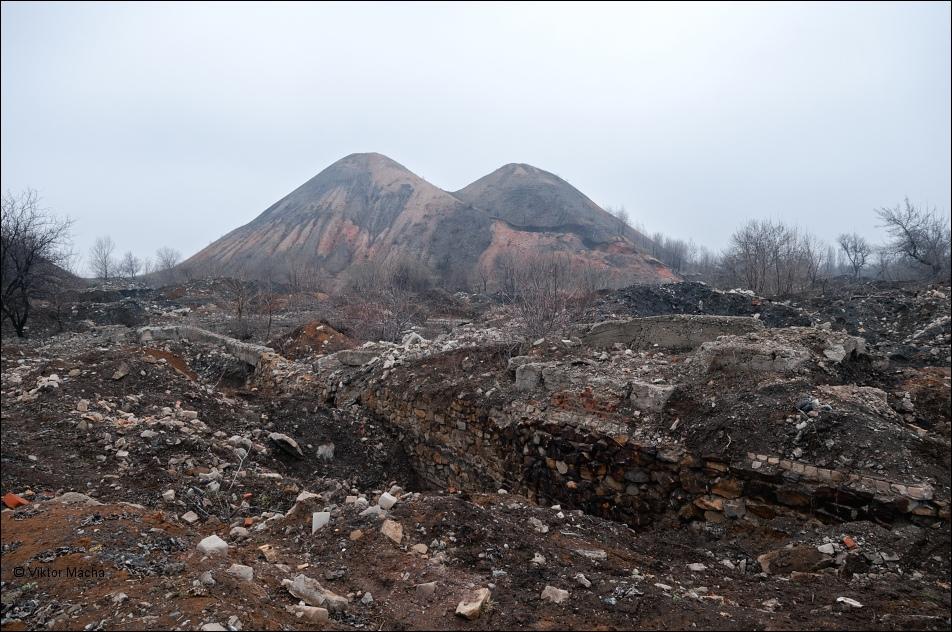 A mining waste dump in the Russia-occupied town of Horlivka near the frontline in the Donbas, Ukraine (Image: Viktor Mácha / viktormacha.com)