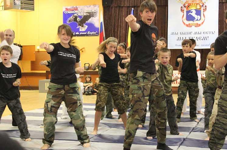 Demonstrație de karate a organizației paramilitare de tineret a cazacilor ruși la Academia de Outreach Comunitar din Sacramento, CA (Imagine: slavicsoc.com)
