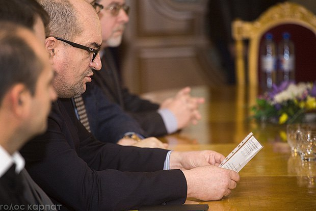 Brenzovych reads the appeal of representatives of national minorities of Zakarpattia Oblast. Photo: goloskarpat.info