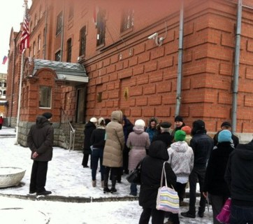 A line for US visas at the US General Consulate in Yekaterinburg. From 1 September 2017, issuance of US visas has been limited to the Moscow consulate. (Image: afterempire.com)
