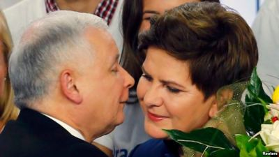 The leader of Poland's main opposition party Law and Justice (PiS) Jaroslaw Kaczynski kisses the candidate for prime minister Beata Szydlo after the exit poll results are announced in Warsaw, Poland October 25, 2015. Poland's conservative opposition Law and Justice (PiS) party was ahead of the ruling Civic Platform (PO) as voting ended in Sunday's parliamentary election, an exit poll by IPSOS showed. REUTERS/Pawel Kopczynski TPX IMAGES OF THE DAY