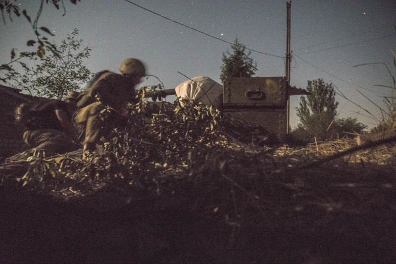 Ukrainian troops prepare to return fire.