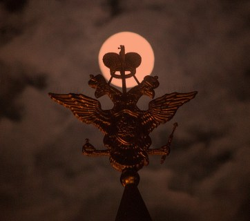 Russian state crest in front of full moon (Image: vedomosti.ru)