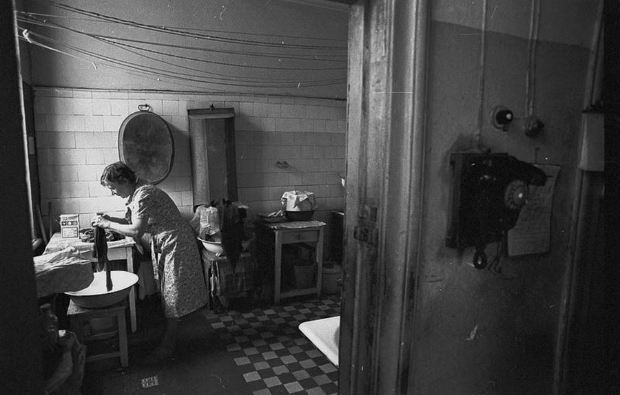 Doing laundry at a communal apartment in the USSR (Image: Vladimir Lagrange)