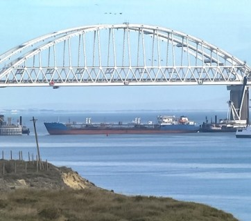 Russian military blocking the Kerch Straight using a tanker to not let Ukrainian Navy vessels into the Sea of Azov, November 25, 2018 (Photo: video capture)