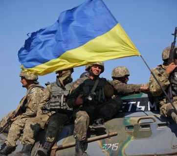 Russo-Ukrainian War: Ukrainian infantrymen riding on armor (Image: Taras Gren, MoD of Ukraine)