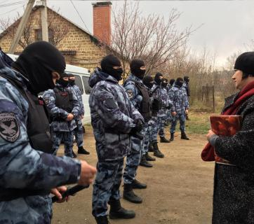 Russian law enforcement prevent lawyer Emine Avamileva from providing legal aid to the families whose houses were raided on 27 March 2018. Photo: Crimean Solidarity