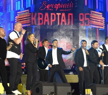 Volodymyr Zelenskyi (center) performing on stage with his comedy group KVARTAL 95 in August 2018 (Photo: Vadym Chupryna / Wikipedia)