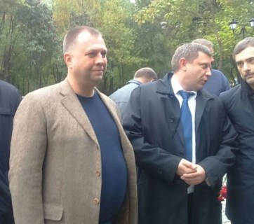 "Vladimir Putin's personal advisor Vladislav Surkov (R) photographed talking to Oleksandr Zakharchenko, the assassinated head of the so-called ""DNR"" in 2017. Ex-PM of the ""DNR"" Alexandr Boroday stands to the left of Zakharchenko closer to the camera. (Photo: 161.ru)"