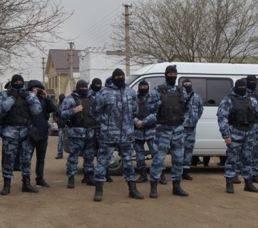 Russian riot police surround Crimean Tatar homes, March 2019. Photo: Crimean Solidarity