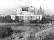 Tanks of the Taman Division shelling the Russian Parliament on the orders of Russian President Boris Yeltsin. Early morning of October 4, 1993, Moscow, Russia (Photo: Wikipedia)